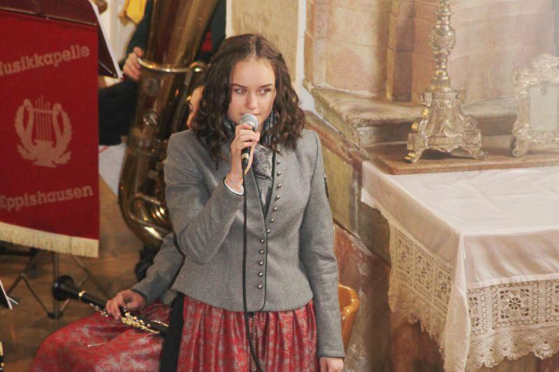 Sophia Guggemos macht die Ansage beim Jahreskonzert